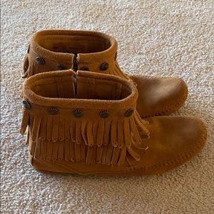 Minnetonka Double Fringe Side Zip Boot. Size 6.5
